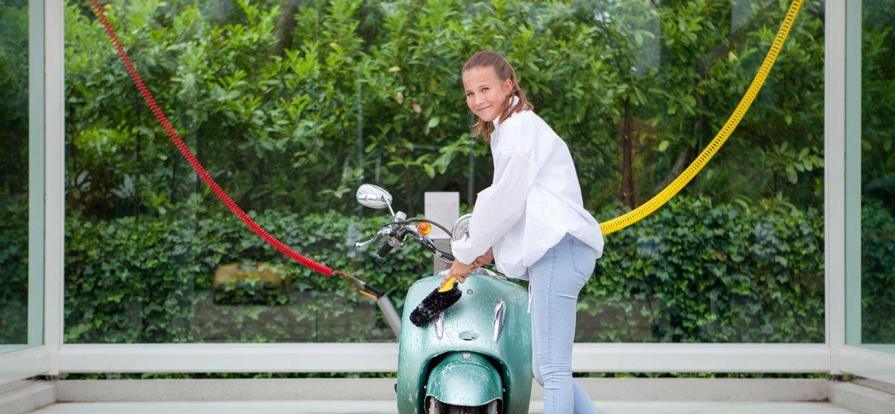 Scooter wassen bij Autowasplein Happy Duck Duivendrecht