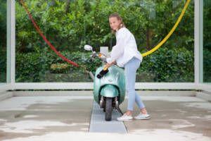 Scooter/motor wassen bij Happy Duck Duivendrecht